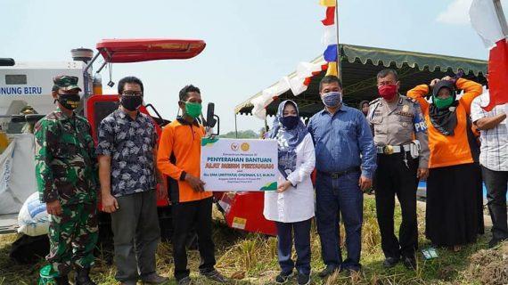 Neng Ema Serahkan Alsintan Kepada Gapoktan Kabupaten Jombang