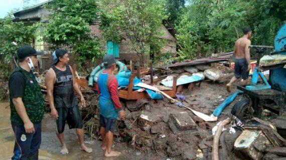 GPK Jombang Berikan Bantuan Ke Warga Terdampak Banjir Bandang